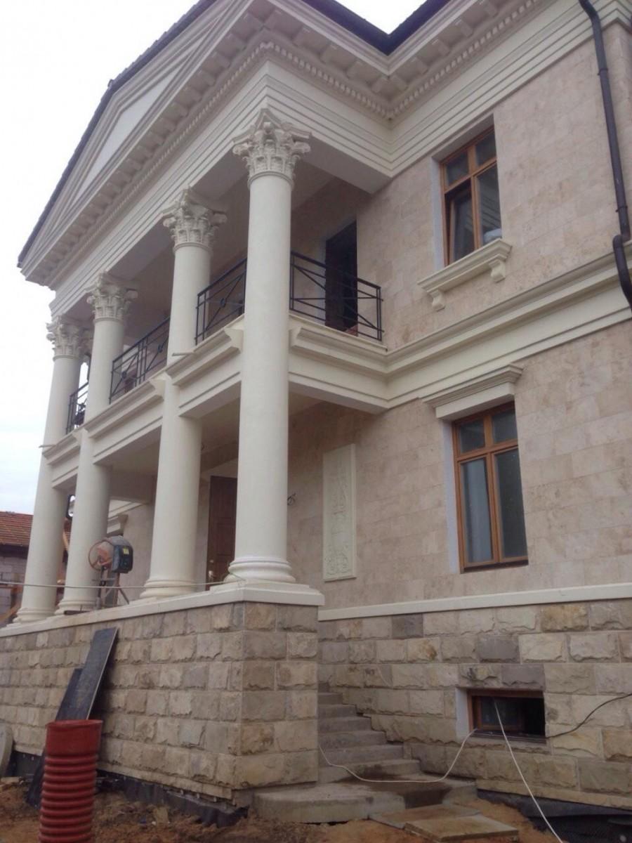 Цокольная плитка. Облицовка цоколя, фасада дома натуральным природным камнем.